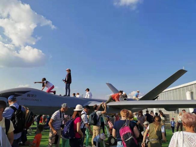 翼龍II無人機在莫斯科展出時,任觀眾近距離接觸。(取材自微博)