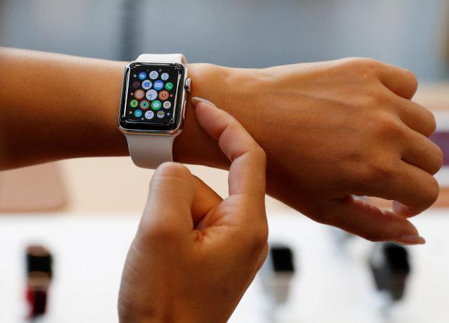 Apple確認在極少數的情況下,Apple Watch Series 2或Series 3的鋁金屬機型可能會出現螢幕弧形邊緣裂痕。圖為Series 3。(路透資料照片)