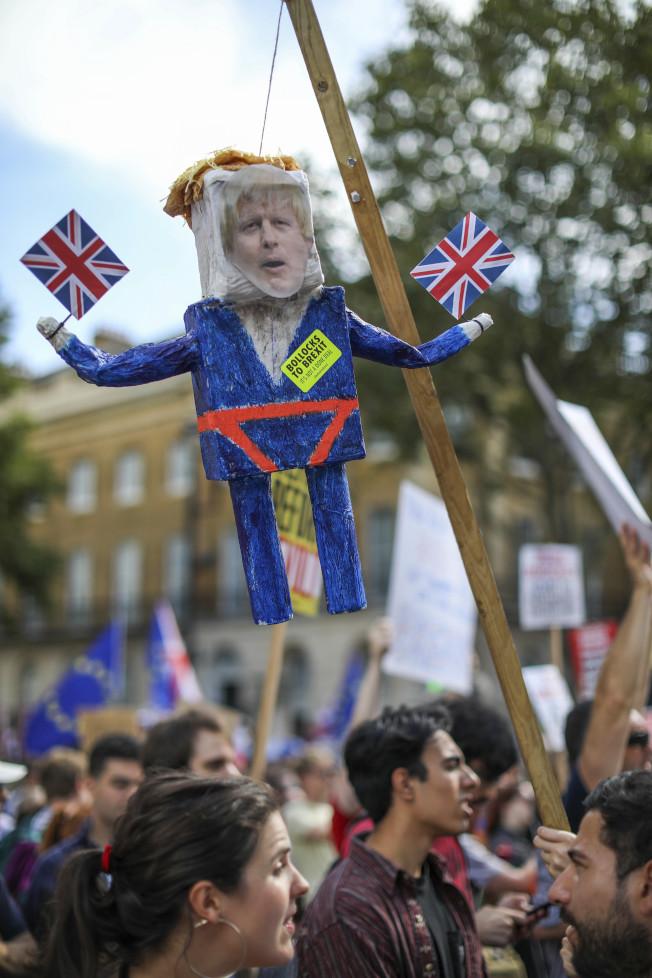 英國逾30個城市8月31日出現示威,首都倫敦規模最大,約10萬人走上街頭。(美聯社)
