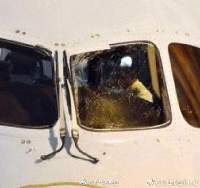 上海飛加拿大的班機,遭遇駕駛艙擋風玻璃破裂意外。(取材自微博)