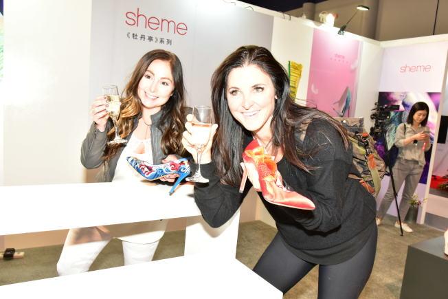 商展現場,許多女性對Sheme愛不釋手。(高傑文/攝影)