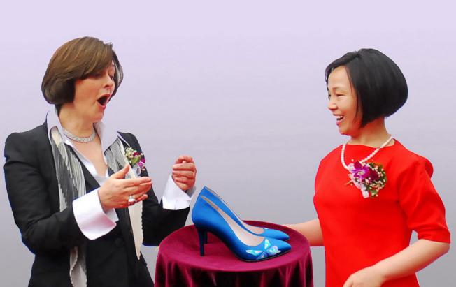 英國前首相夫人切麗•布萊爾受贈訂製高跟鞋,驚嘆捨不得穿。右為劉瓊英。(圖:廠商提供)