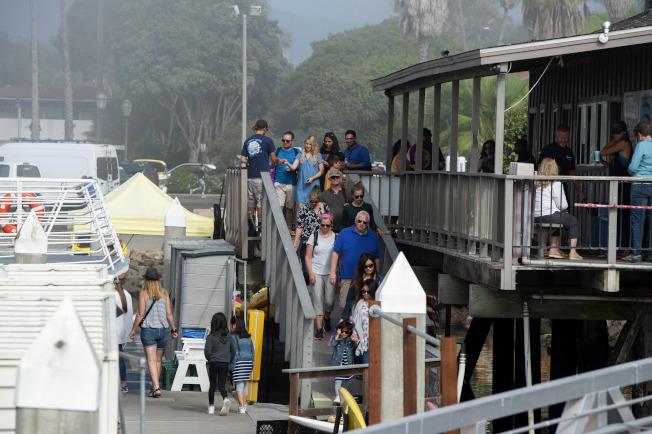 當人們在岸邊等待聖塔克魯茲島船難新消息時,一艘賞鯨船的遊客返航。海峽群島是加州外海的觀光勝地。(美聯社)