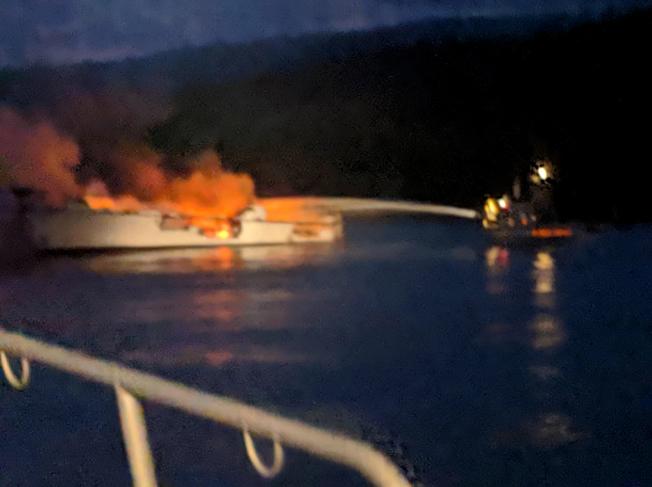 聖塔芭芭拉消防員在撲救火勢。這艘船是受遊客歡迎的夜間潛水與海釣船。(美聯社)