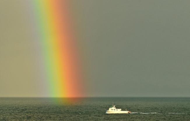 加州火燒船悲劇,出事的「概念號」(Conception)留下美麗的一景。圖為「概念號」於今年初在彩虹的陪伴下,返回聖塔芭芭拉港口。(美聯社)