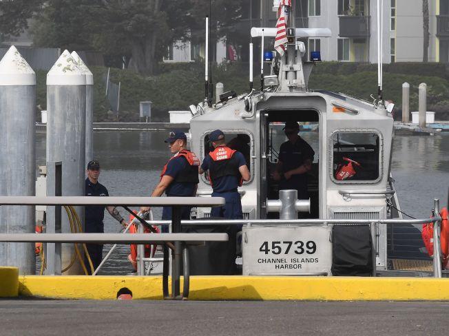 救難人員從海峽群島出發前往聖塔克魯茲島。(Getty Images)