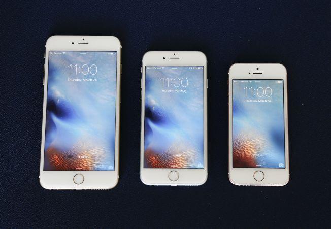 比起iPhone 6S Plus(左)和6S(中),螢幕僅4吋的SE(右)輕薄短小,受一群果粉喜愛,但如今已停產,且分析師認為蘋果基於經濟因素,不太可能推出SE第二代。美聯社