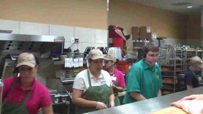 連鎖三明治店「Panera Bread」每年幾乎失去所有員工再遞補。圖為該店的廚房員工 。(取自YouTube)