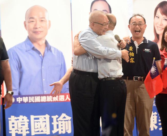 國民黨高雄市黨部3日晚舉辦「2020勝選團結相挺大會」,黨主席吳敦義(左)與總統參選人韓國瑜(右二)兩人互擁破除「換韓」傳言。 (記者劉學聖/攝影)