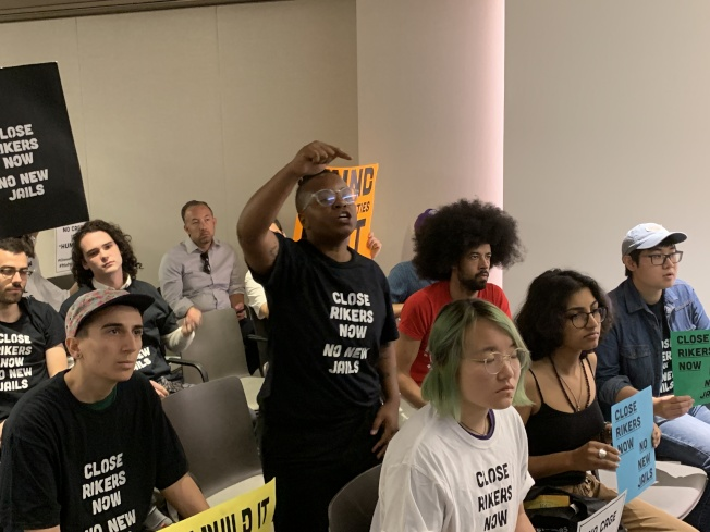 近百名反對建設社區監獄的示威者在現場高喊「不要監獄」等口號,表示監獄建案完全沒有社區參與,市府不應斥巨資新建監獄,而應該投資社區。(記者和釗宇/攝影)
