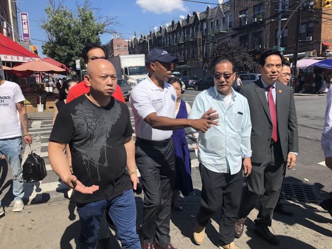 亞當斯3日走訪8大道街區,與社區民眾討論如何改善當地衛生問題。(記者顏潔恩/攝影)