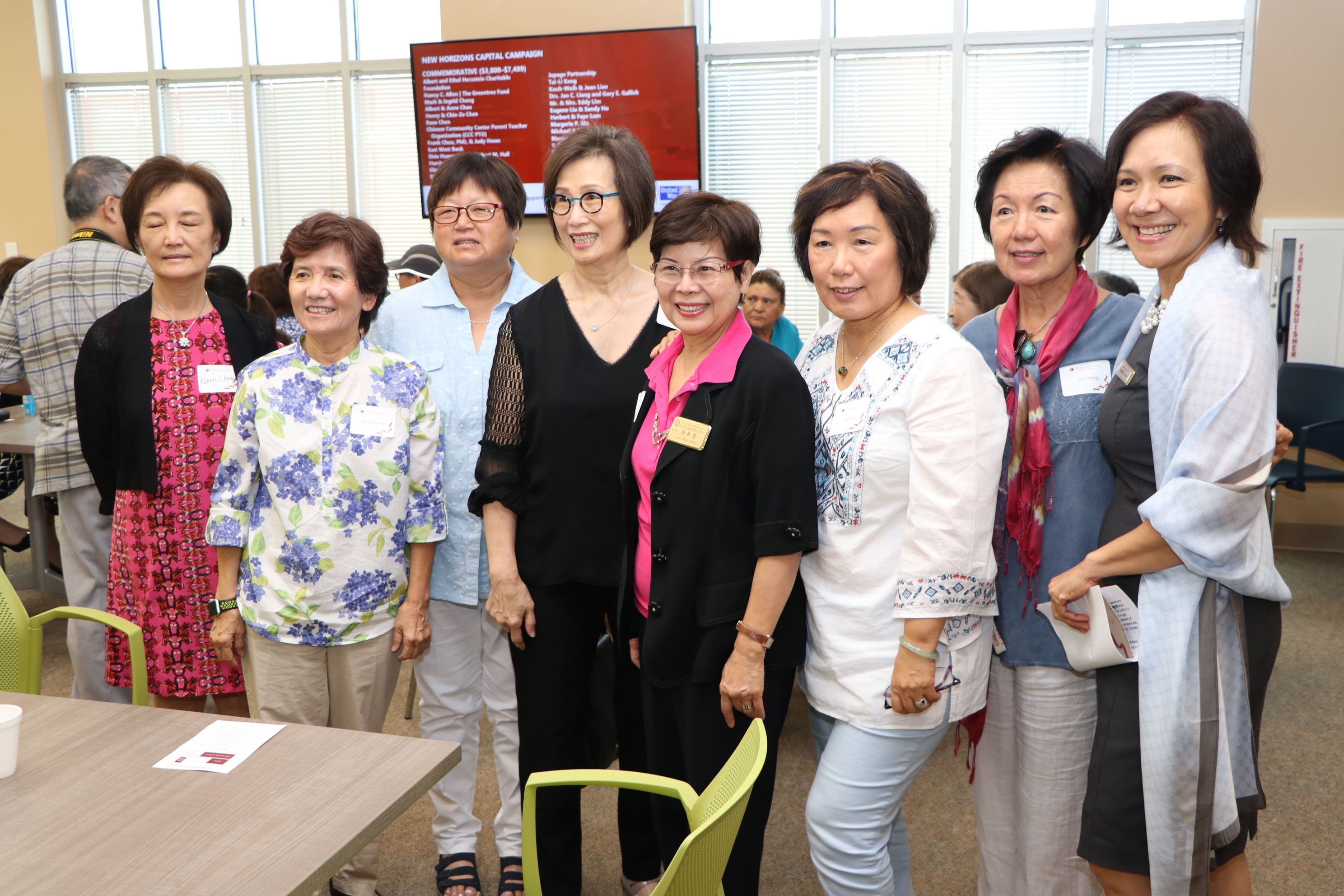 趙氏基金會代表人辜懷箴(左四)與友人一起出席。