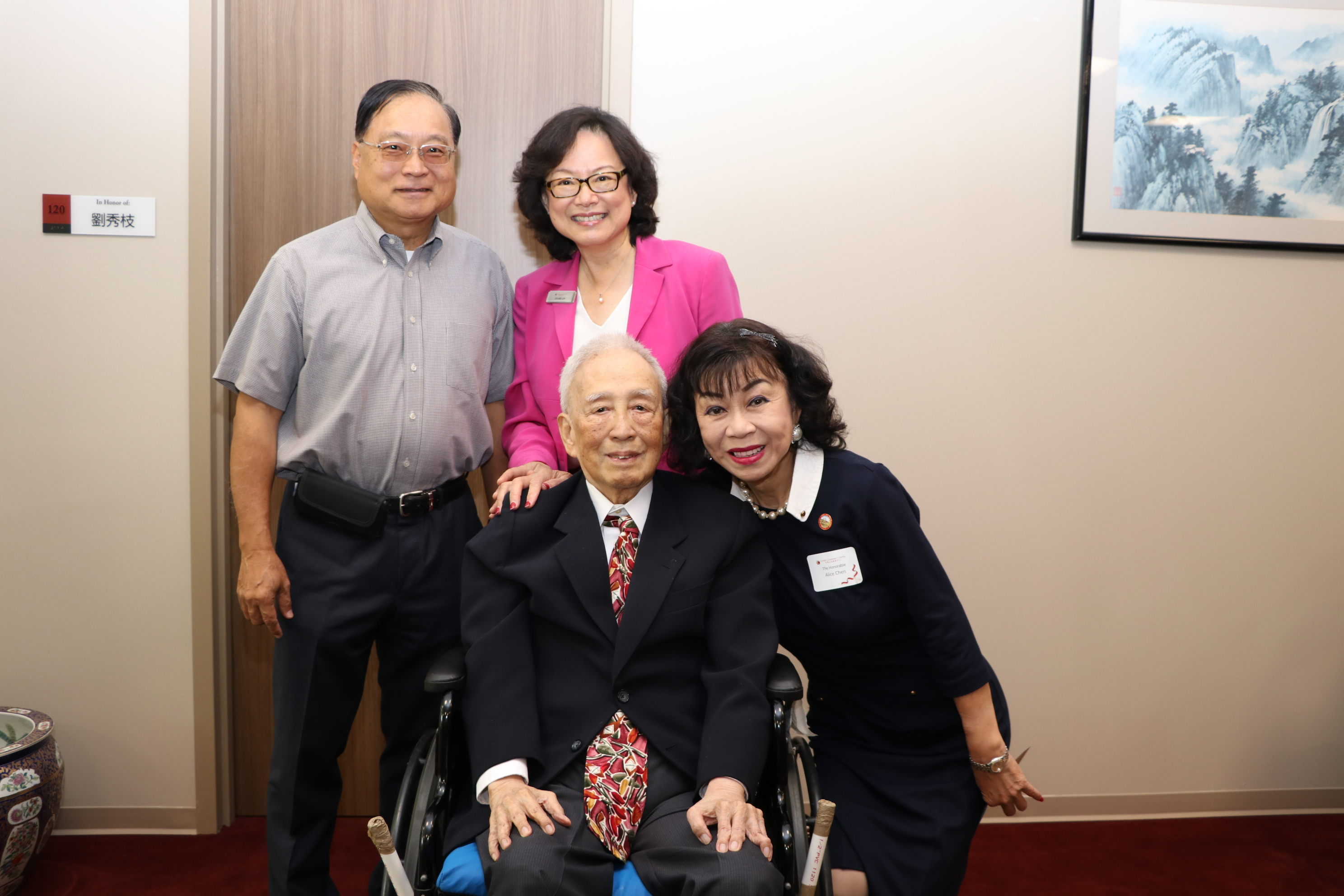 久未露面的何明通博士(前排左)與斯坦福市議員譚秋晴(前排右)、中華文化中心執行長華啟梅(後排右)、葉宏志合影。