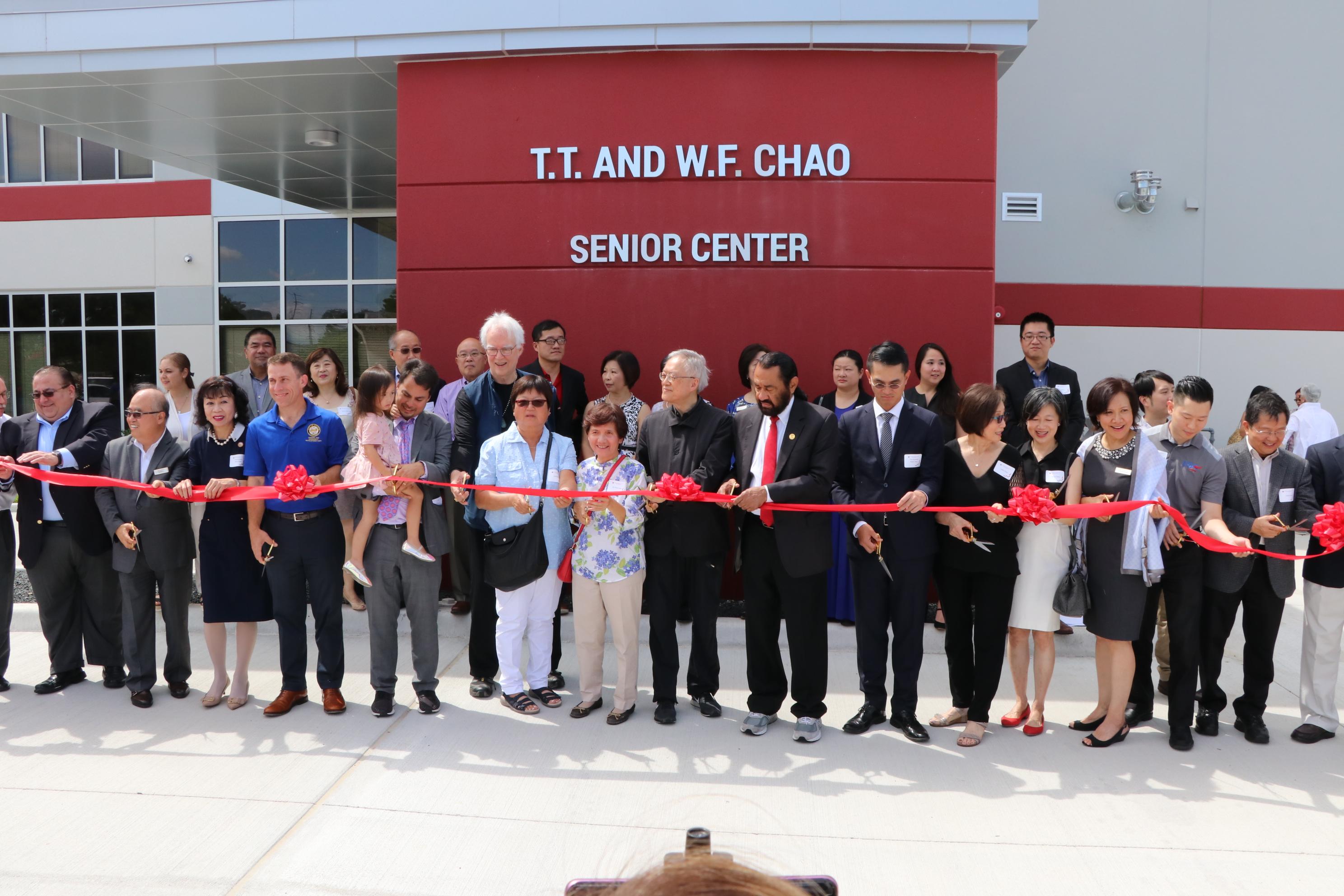 與會來賓共同為新建的T.T. and W.F. Chao年長者活動中心大樓開幕剪綵。