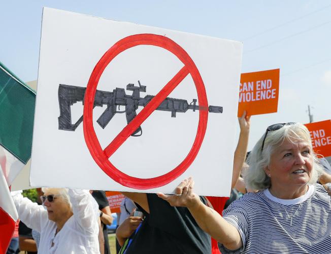 俄州岱頓居民上月抗議槍枝濫射慘案,要求控槍。(美聯社)