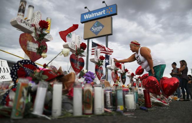 美國各地連日傳出濫射案,死傷多人、震撼人心。連鎖超市沃爾瑪3日重大宣布,即日起,不再出售手槍與衝鋒槍的子彈,以安定人心,負起社會責任。圖為上月發生重大濫射案的德州艾爾帕索市的沃爾瑪超市,民眾3日仍在追思受害者。(Getty Images)