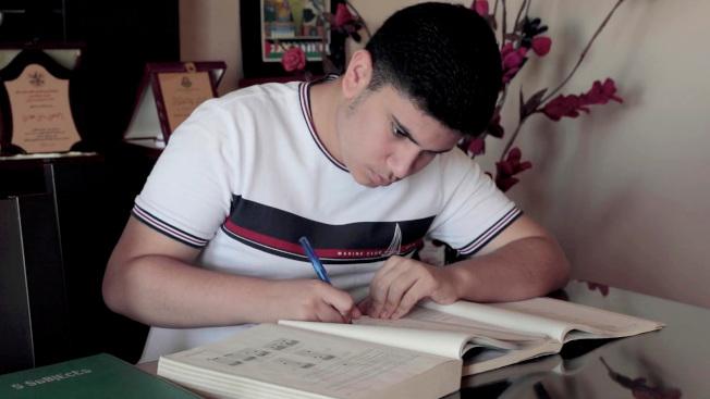 被拒入境的巴勒斯坦裔的哈佛大學新生艾加威。(美聯社)