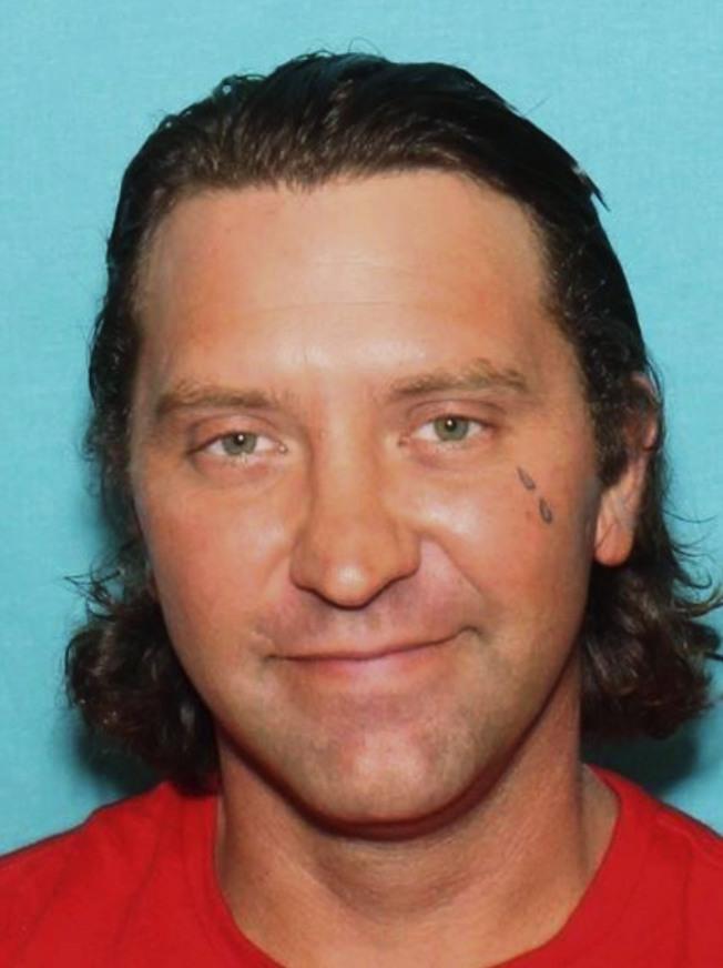 由聯邦調查局提供的凶手艾托爾的刑事照,此人有前科,但如何取得作案槍枝,檢警正深入調查。(美聯社)