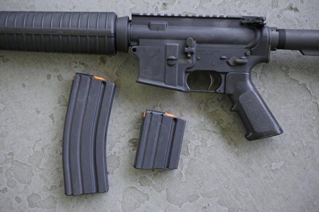 濫射案頻傳,國會正考慮限制出售包含多夥子彈的彈匣,以期降低傷亡人數。圖為AR-15來福槍,可射出多枚子彈。(美聯社)