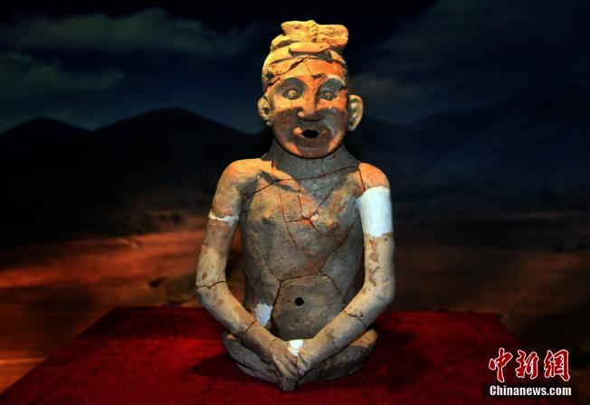 被稱為「中華祖神」的紅山文化整身陶塑人像。(取自中新網)