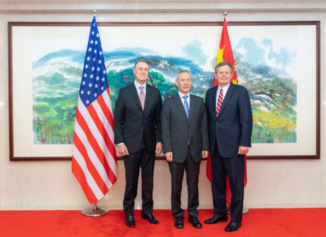 中國國務院副總理劉鶴3日在北京應約會見美國國會參議院「美中工作小組」共同主席、參議員戴恩斯及參議員珀杜一行。(新華社)