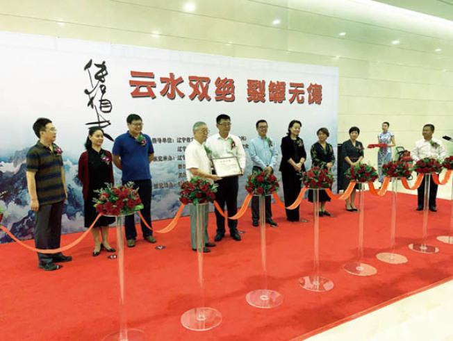 傅勵生(左四)和舒建華(左三)在開幕式。(硅谷亞洲藝術中心提供)