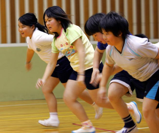學童因飲食和生活型態改變且缺乏運動,過重問題普遍。圖為東京小學為過胖學童安排的體育課。(美聯社)