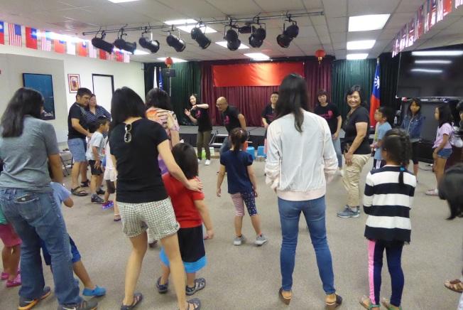 橙縣小朋友跟著樂團一起敲打出不同的韻律感,並在唱跳中感受律動,有趣又好玩。(橙僑中心提供)
