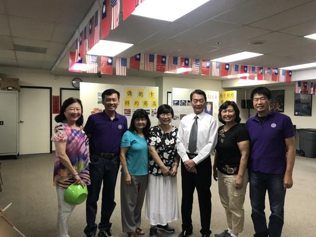 橙僑中心主任蔣翼鵬(右三)歡迎「自由擊樂團」在橙僑中心為兒童舉辦的「音樂工作坊」。(橙僑中心提供)