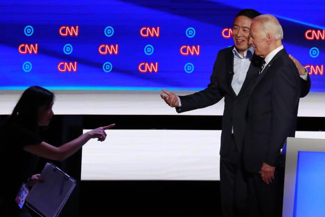後勁十足的民主黨總統初選華裔參選人楊安澤,直接挑戰初選領頭羊白登。圖為兩人在今年7月第二輪在底特律民主黨政見辯論會上的見面。(路透)