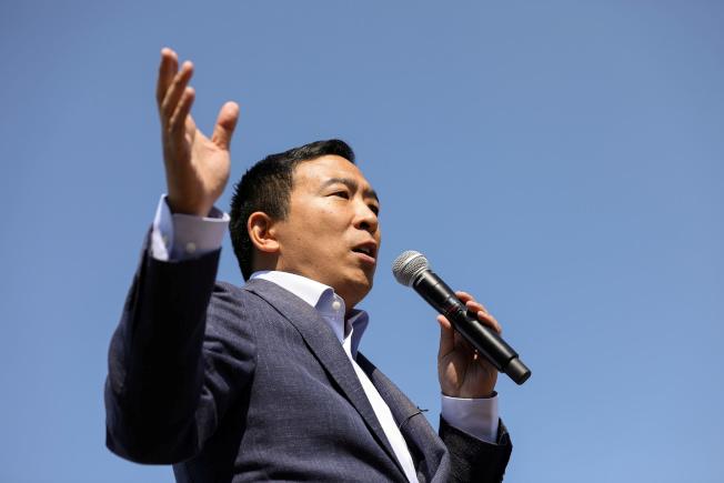 後勁十足的民主黨總統初選華裔參選人楊安澤,直接挑戰初選領頭羊白登。(路透)
