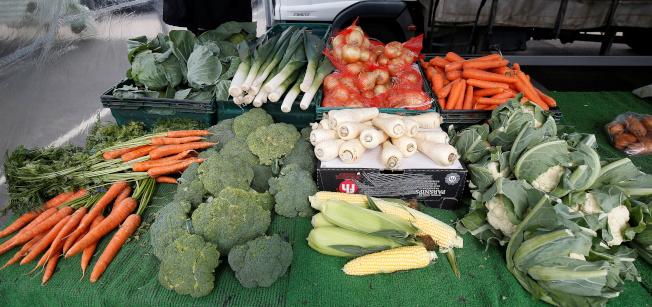 多吃黃綠色蔬果,有機會讓曬傷的皮膚「白回來」,但不是馬上見效,仍需要時間漂白。(路透)