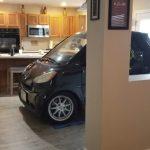怕車被颶風吹走 佛男子把車直接停進廚房 網友笑翻