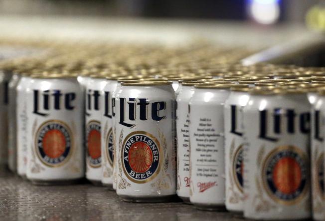 千禧世代的飲酒量越來越多。(美聯社)