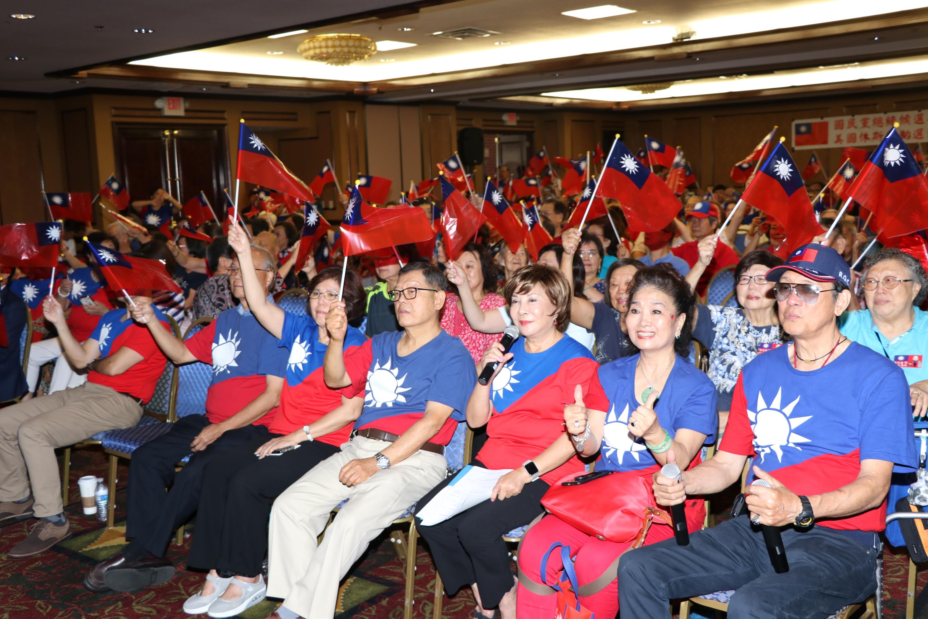 全場韓粉高舉國旗大喊「韓國瑜凍蒜」,現場民眾情緒高昂。
