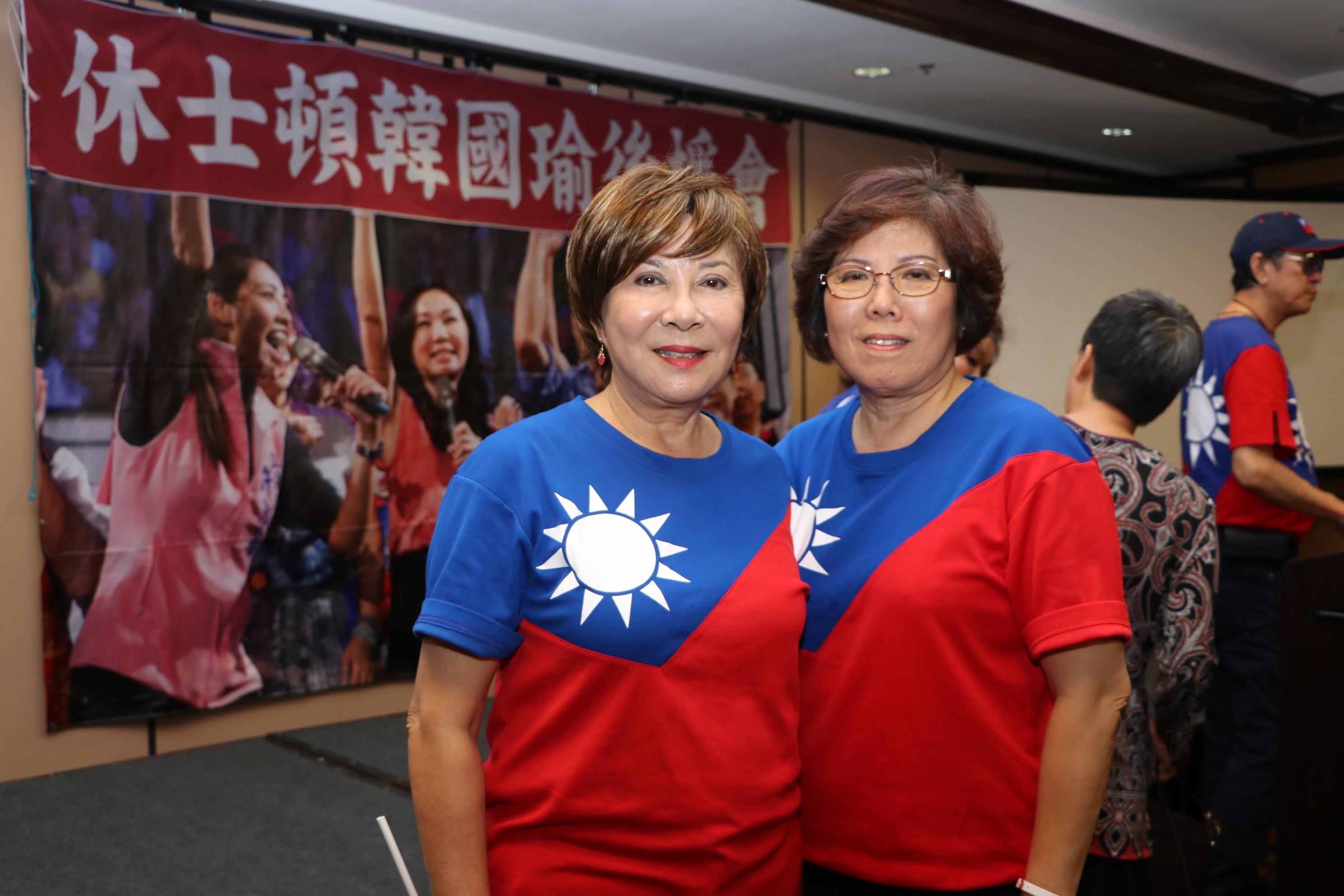 大會主席甘幼蘋(右)、主持人唐心琴呼籲僑胞明年1月11日返台投票。