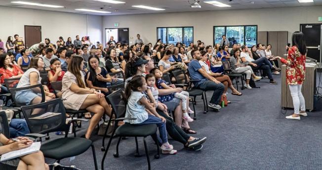 馬希慧老師現場示範活潑互動的教學方式,獲得家長及學生熱烈迴響。(爾灣中文學校提供)