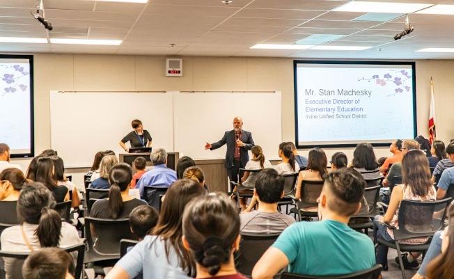 爾灣學區為近500位家長先後舉辦兩場說明會,詳細介紹課後中文班的來龍去脈及報名方式。(爾灣中文學校提供)