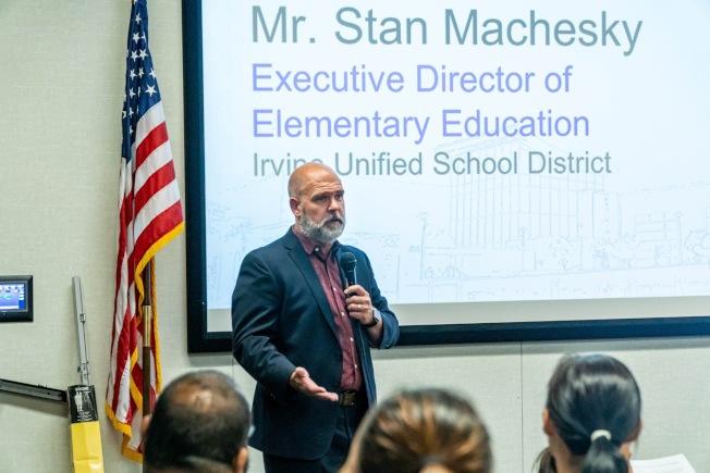 爾灣學區小學部主管Stan Machesky感謝爾灣中文學校提供課後中文班的教學資源。(爾灣中文學校提供)