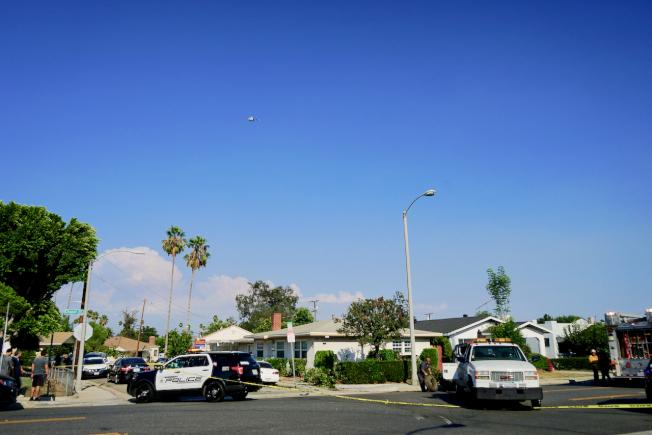 警局大陣仗逮人,地面警車封路,天上直升機巡邏。(記者陳開/攝影)