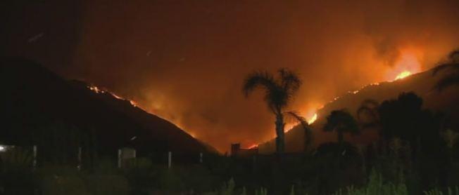 河濱縣境內野火進一步擴大,燃燒面積逾2000英畝。(FOX電視台)