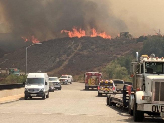 內陸河濱縣茉莉塔市附近野火燃燒逾2000畝。(河濱縣消防局臉書)