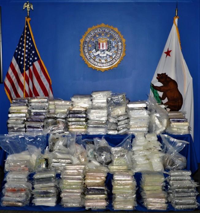 美國、墨西哥和加拿大多方聯手20個月偵辦的打擊跨國販毒行動5日收網。圖為警方繳獲販毒集團毒品。(聯邦調查局提供)