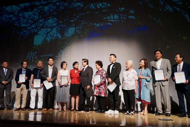 羅省中華會館、方圓劇坊共同合作的粵語劇「那一年我們在一起」,日前在鮑爾溫公園市表演藝術中心公演。圖為社團代表領取賀狀。(記者陳開/攝影)