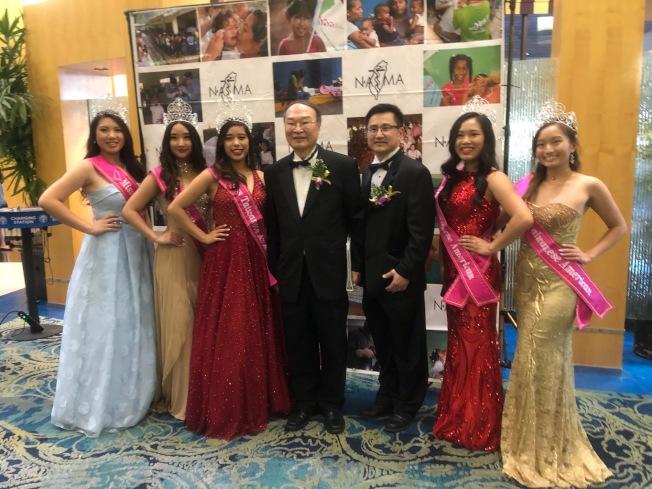 北美台灣人醫師協會總會會長邱俊傑(左四)和南加分會會長蔡育智(右三)和台美小姐佳麗合影。(記者張宏/攝影)