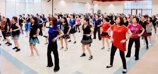 社慶當天大家一起跳舞的場景。(圖:土風舞社提供)