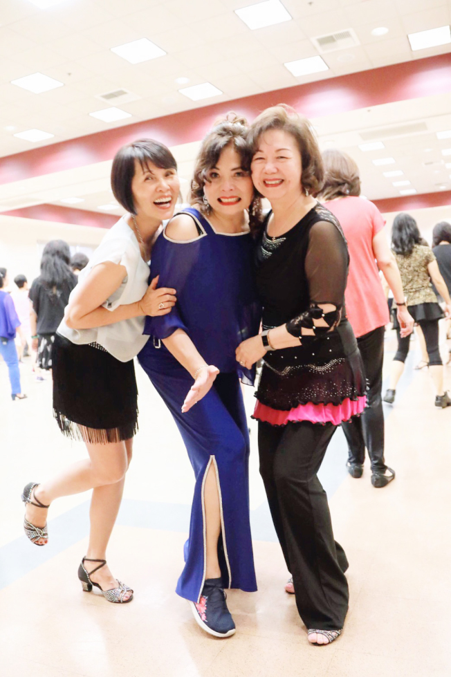 社長Caroline Pan(右起)和兩位老師Tina Yang、Joanne Kuo合影。(圖:土風舞社提供)