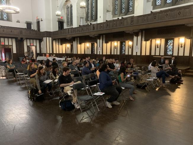 紐約移民聯盟與曼哈頓區長高步邇,5日在曼哈頓上西城舉辦里民大會,就「公共負擔」新規相關問題為民眾答疑解惑。(記者和釗宇/攝影)