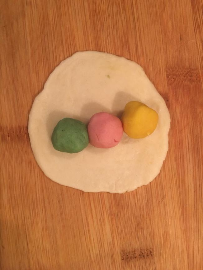 1.水油皮把三色油酥包起來。