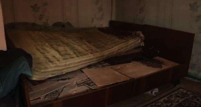 烏克蘭一位婦人趁老公在床上熟睡時用菜刀將他砍死,鄰居進屋發現床單滿是鮮血。圖擷自dailynews